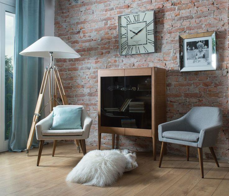 Aranżacja mebli w stylu lata 60, witryna Prada,  minimalistyczne fotel w naturalnym filcu, kolorystyja pastelowa