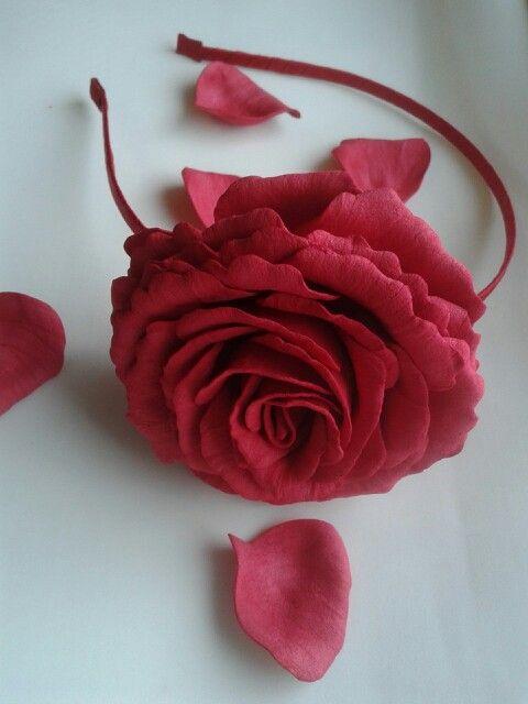 Ободок с розой из фоамирана в реальную величену. Диаметр цветка 9 см. Сделан на заказ, возможно исполнение в других цветах.
