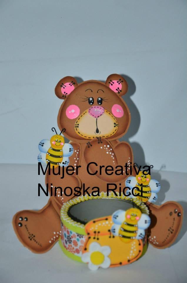 Osito meloso, con abejitas. La artesana Ninoska Ricci lo ha presentado decorando una latita. Un hermoso adorno para los niños. Puedes utilizarlo para hacer