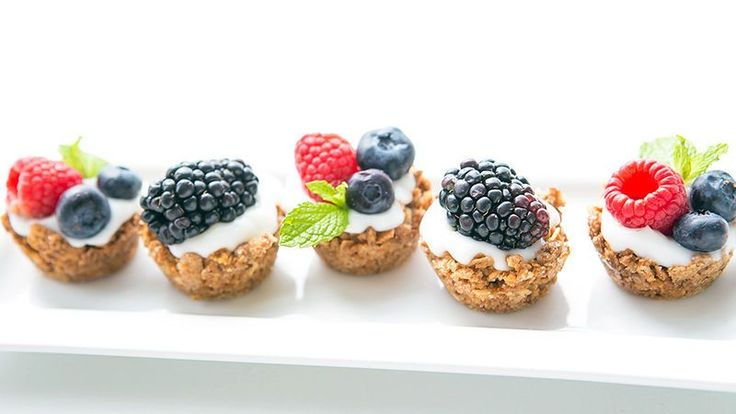 One-bite breakfast wonders! Mini granola cups are filled with creamy vanilla yogurt and topped with fresh berries. This brunch-time treat is a total must-try. Everyone will love!