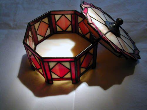 Lámparas y otros trabajos en vidrio realizados con la técnica de Tiffany