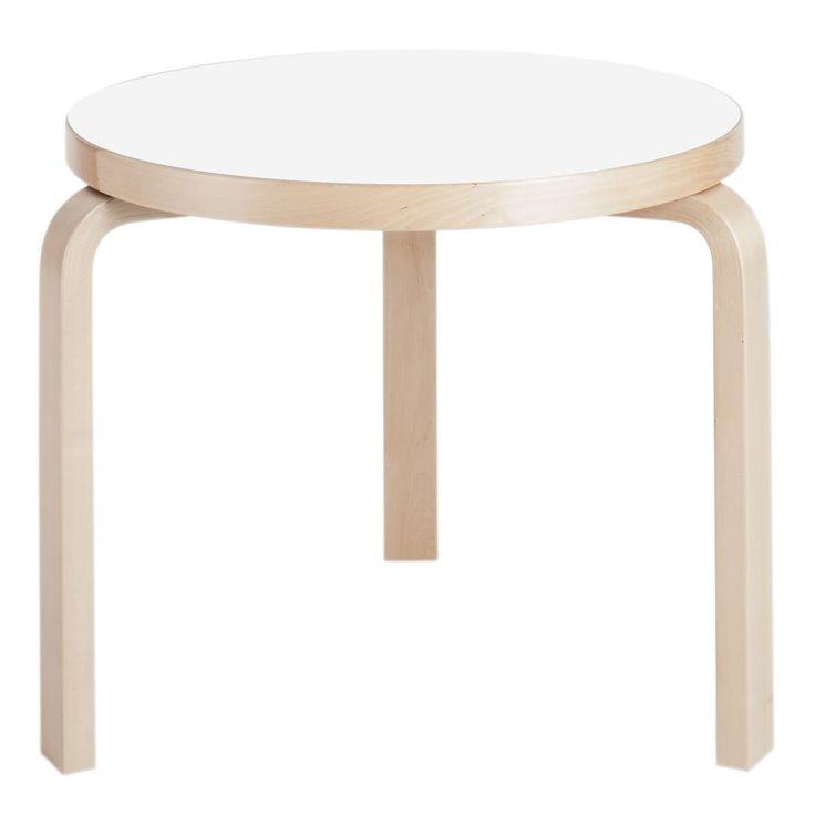 Bord 90C från Artek, formgivet av Alvar Aalto 1935. Ett nätt men ändå rymligt sidobord med ben i formpressad björk och 4 cm tjock bordsskiva i tre olika utföranden – vit laminat, svart linoleum eller björkfanerad.