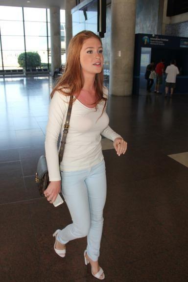 Marina Ruy Barbosa:blusa branca manga comprida, calça azul claro