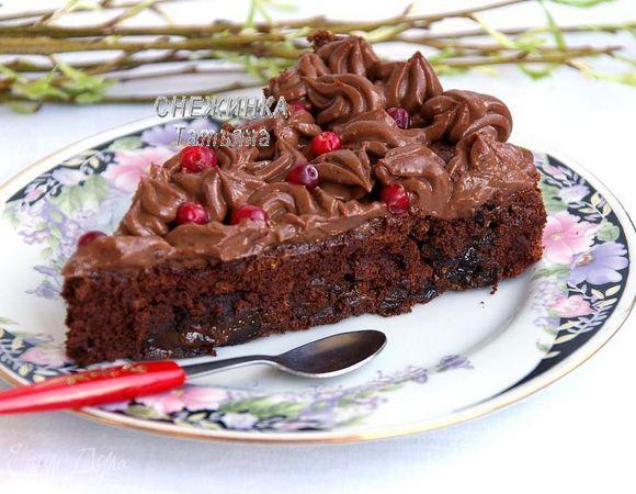 «Бархатный» шоколадный торт с черносливом  Шоколадный торт с бархатистой текстурой, легкий в приготовлении, не требует добавления масла и большого количества муки. Для украшения подойдут любые ягоды. Приятного чаепития! #готовимдома #едимдома #кулинария #домашняяеда #шоколадный #торт #десерт #выпечка #чернослив #ягоды #малина #брусника #вкусно #сладкое