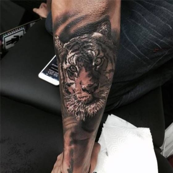 Neymar's black and grey style tiger face tattoo on his left forearm. Artista Tatuador: Miguel Bohigues