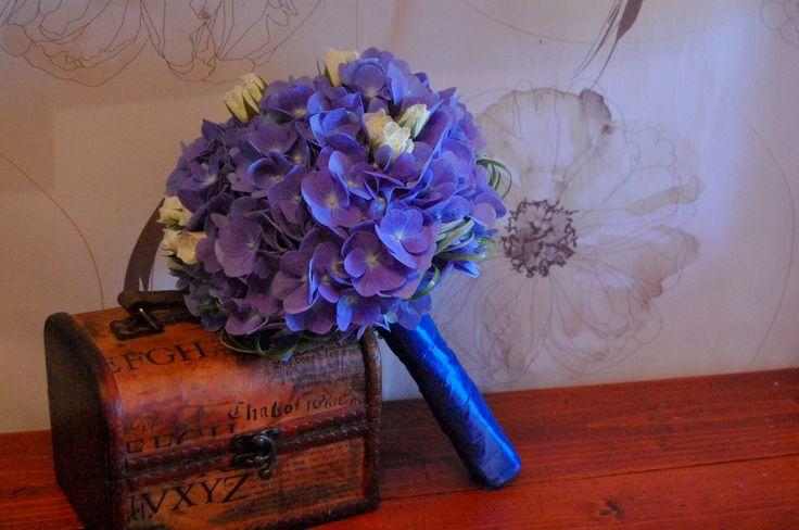 Buchet din hortensie albastra si miniroze albe.