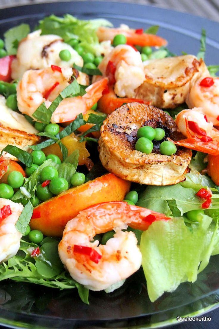 Persikalla piristetty katkarapu-vuohenjuustosalaatti /// Ruokaisa kesäsalaatti syntyy pikaisesti pannulla käytetyistä isoista katkaravuista, suolaisesta vuohenjuustosta ja makeista persikoista. Toimii myös grilliversiona! Salaatin viimeistelee tulisen ra…