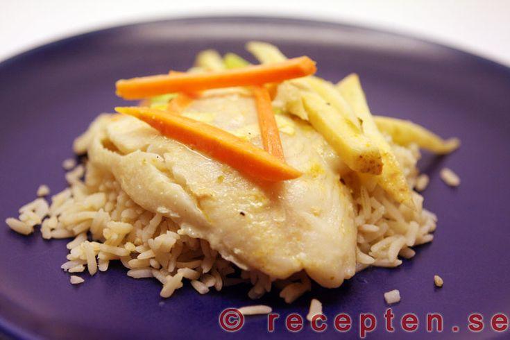 Fisk i kokoscurrysås - Enkelt recept på fisk med kokosmjölk, röd curry, och citronpeppar. Mycket gott och klart på 25 minuter.