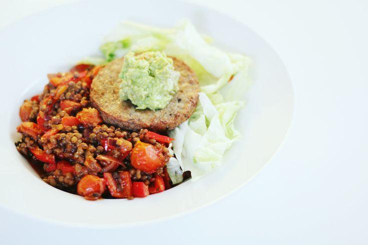 RECEPT: linzensalade met paprika, notenburger en guacamole