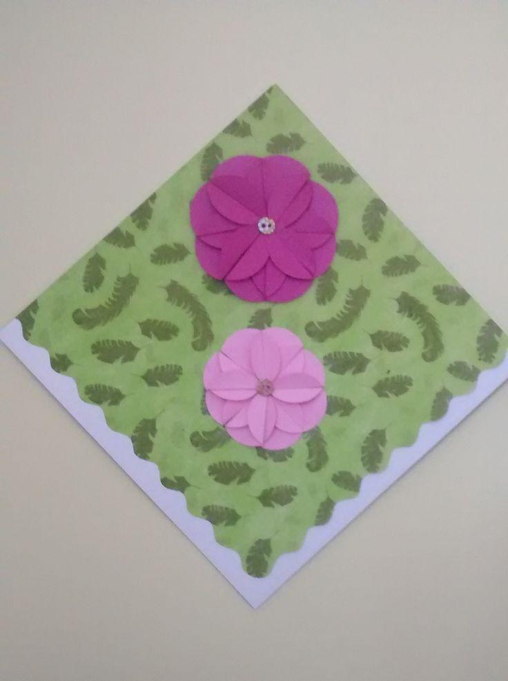 Decoración; flores creadas con círculos de papel plegado.