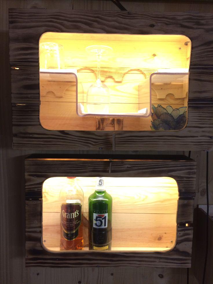 caisses bois recyclées en vitrines bar
