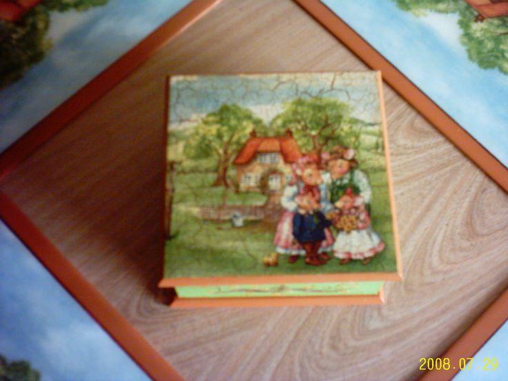 Caja para las servilletas, decorada con servilletas.