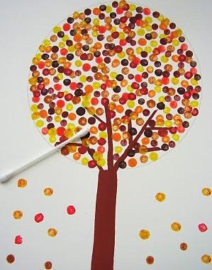 Dica para mães de plantão: papel, cotonetes e tintas coloridas viram divertida atividade com a criançada