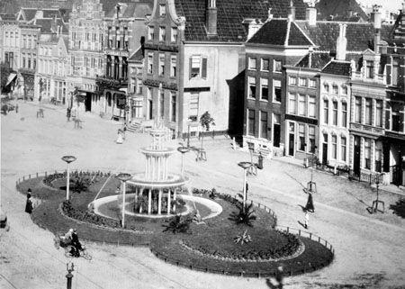 Groningen<br />De stad Groningen: Vismarkt met fontein omstreeks 1914