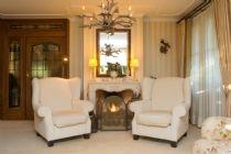 Deze woonkamer is volgens vakkundig interieur advies stijlvol vormgegeven in landelijke en klassieke stijl. Comfortabele bank, fauteuils en ...