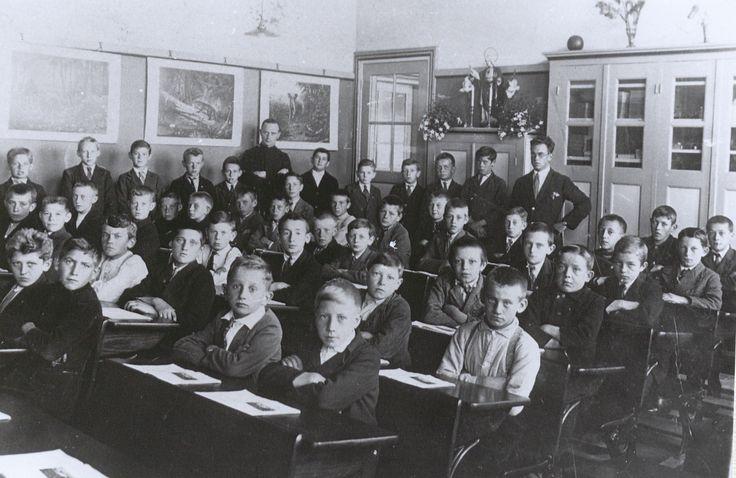 Schoolklas met jongens in de schoolbanken en twee onderwijzers in Haaren