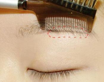 続けてコームを上から入れて眉毛から飛び出している毛を カット。 これが自分の眉毛の基本の整え方です。