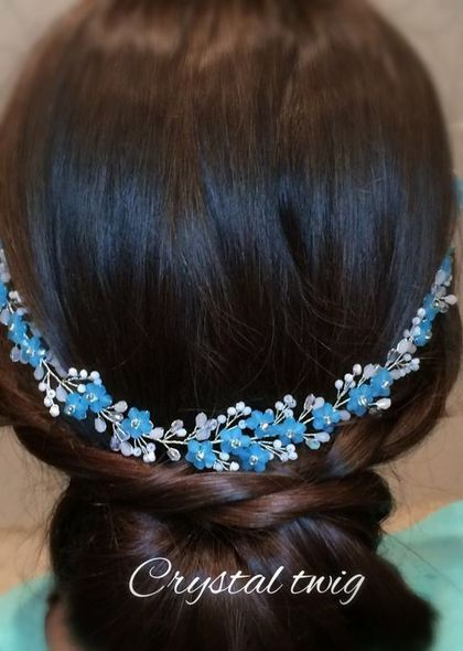 Купить или заказать Веночек - веточка в прическу в интернет-магазине на Ярмарке Мастеров. Незабудки из хрустальных бусин бледно-голубого нежного цвета рассыпаны по серебряной веточке из прозрачного и белого сверкающего хрусталя. Эту изящную универсальную модель можно носить на лбу, крепить на низкий пучок сзади по волосам, вокруг головы как веночек, располагать сбоку ассиметричный прически, крепить на распущенные волосы. Для крепления предусмотрены две петельки.