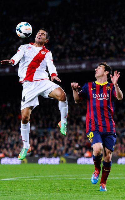 Iago Falque salta ante Messi