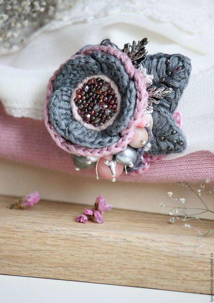 Купить или заказать Брошь мини 'Пыльная роза' в интернет-магазине на Ярмарке Мастеров. Небольшая брошь пыльно-розового цвета. Украшена бусинами родонита, агата, лабрадора, коралла, жемчугом, японским бисером, чешским стеклом, резными листиками цвета серебра, хлопковым кружевом. Эта брошь идеальна для трикотажных вещей - кофточек, платьев, шарфиков, снудов, шалей, ей можно украсить пальто, кардиган.