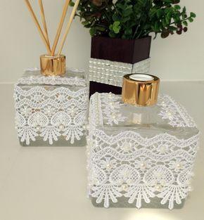 Kit para decoração e perfume para banheiro ou lavabo, contem 2 vidros 350ml cd, sendo:  Aromatizador de ambiente aroma suave, acompanha 4 varetas, e  Sabonete líquido,  Vidros com tampas douradas, decorados com renda e meias pérolas.  Pode ser usada como lembrancinhas de casamento, para padrinhos...