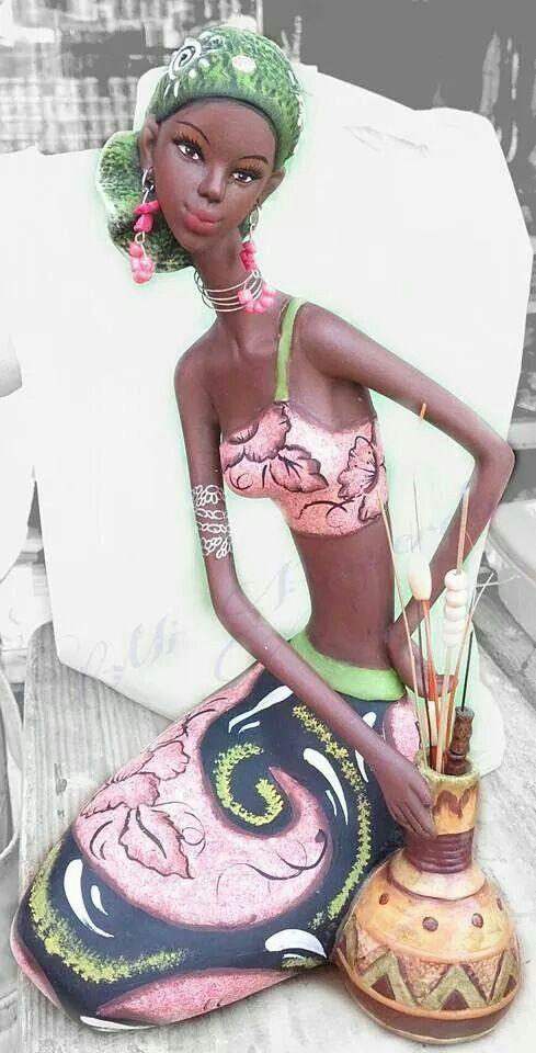 Africana sentada con jarrón