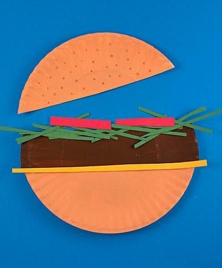 Who's starved for a fun paper-plate craft? Check out this summertime burger you can cook up with your kids. #kidcrafts