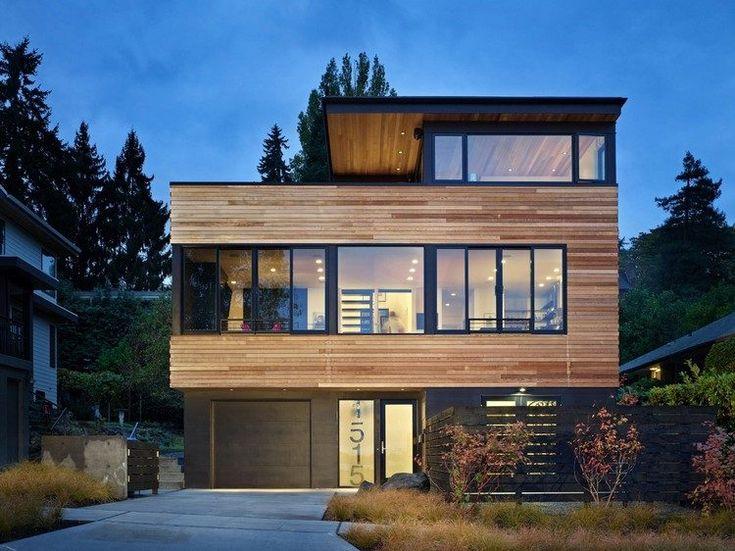 Zedernholz Hausfassade und schwarze Fensterrahmen