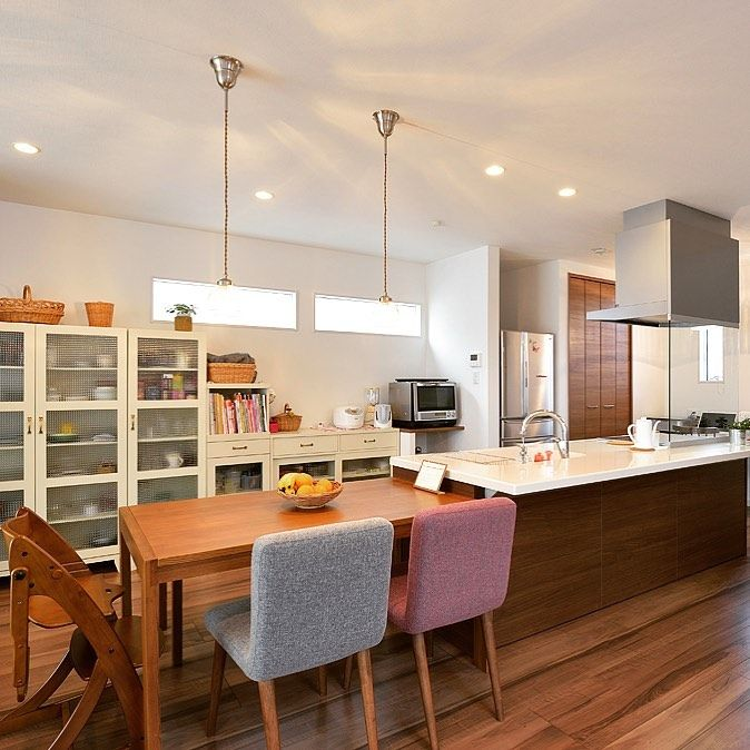100年住宅のゼロホーム 公式 はinstagramを利用しています アイランドキッチンに横並び 最近増えているアイランドキッチン 横に並べて ダイニングテーブルを置けば 使い勝手もバツグンの家族の空間が出来上がり ゼロホーム 100年住宅 施工実例