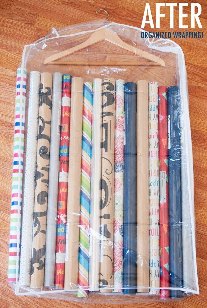 Rangez les papiers cadeaux dans une housse de vêtement transparente et accrochez-le dans un placard.