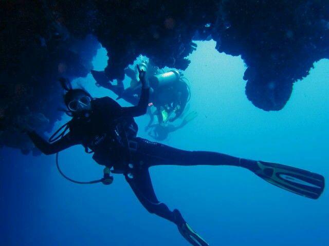 Celah-celah...seperti menyelam di gua celah2 Bunaken merupakan salah satu spot diving yang harus dicoba #scuba #scubadiving #scubadivingindonesia #indonesia #Bunaken #menyelam #selam #Manado # Sulawesiutara
