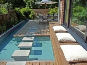 Mooi voorbeeld hoe je met een kleine oppervlakte toch water kan verwerken in je tuin. Lijkt me heerlijk afkoelen zo!