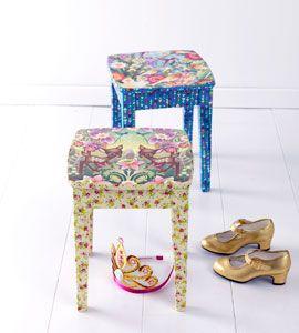kinderkrukjes,Scheur of knip de bouw papier in kleine stukjes. Druk vervolgens op het glad met de borstel op het oppervlak. Trek de borstel het van binnen naar buiten. Zodra u de gehele stoel geplakt, laat de lijm drogen.Om het gelijmde oppervlak te beschermen, je het te schilderen dan met de blanke lak. Sterker benadrukt voorwerpen of meubels, moet je ze bedekken met twee lagen verf.