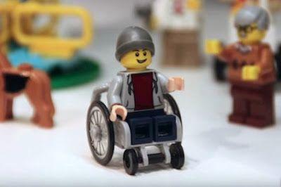 LEGO incluye por primera vez un niño en silla de ruedas en su catálogo. La figurita no se comercializará hasta junio de 2016, pero ya se ha dado a conocer en las ferias de juguetes de Londres y Núremberg. Antes que LEGO, Playmobil ya había incorporado personajes con discapacidad a petición de los clientes. Verne | El País, 2016-01-29 http://verne.elpais.com/verne/2016/01/28/articulo/1453989327_180470.html