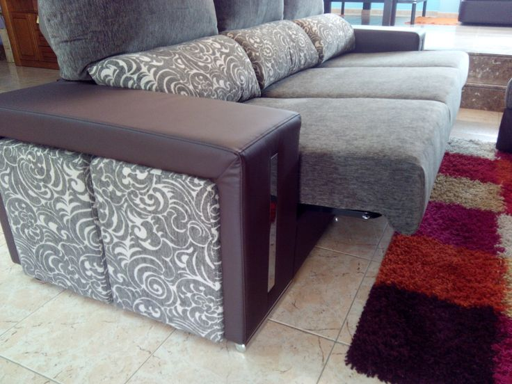 El sofá es un cuatro plazas (3 cojines), con tres asientos extraíbles independientes, aunque en la foto hemos extraído los tres. Sí, aunque varíes la posición del chaisselongue, siempre tendrás al menos dos asientos extraíbles.