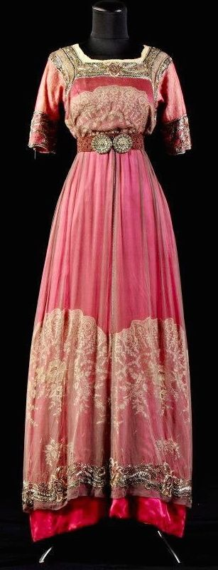 Gown from the Alexandre Vassiliev Foundation, circa 1910-15 I wish we had similar styles today....