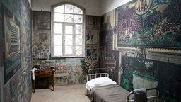 Die nachgebaute bemalte Zelle von Julius Klingebiel - the cell of psychiatric patient Julius Klingebiel in Göttingen. For years he has painted artfully from floor to ceiling, today it is an outstanding example of the so-called outsider art. Only now, 50 years after the artist's death, it is shown to the public, because the work of art is in the locked ward of a Psychiatry. For the first time allowed to film in the original cell, a film crew.