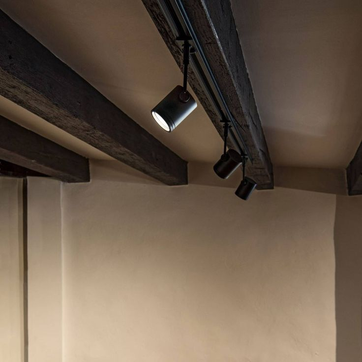 Black spot Bima - for 1 phase high voltage track The Bima spotlight, which can be rotated through 350°, allows the light direction to be selected very flexibly. So no corner of the room remains dark. Its modern appearance makes it a versatile luminaire accessory for 1-circuit HV tracks. Including adapter. Energy efficiency class:A++ Haute Tension, Led Spots, High Voltage, Energy Efficiency, Aluminium, Home Deco, Light In The Dark, Track Lighting, Light Bulb