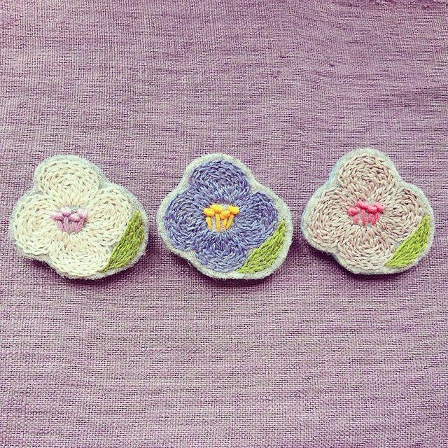 さぁ、のんびり終わりっと!笑 (^з^) お待たせしてしまっている委託先さま分の製作を進めなければー!(・∀・) お花のブローチ、葉を付けてみました。(^-^)