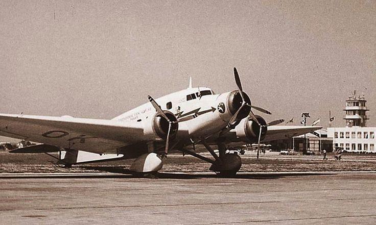 Posledním typem, kterým ČSA modernizovaly svůj předválečný letový park, byly italské elegantní třímotorové stroje Savoia Marchetti SM.73. Fotografie opět z ruzyňského letiště.