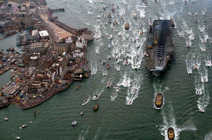 HMS Hermes arrives in Portsmouth after the Falklands war. (Tom Stoddart/REX) | Portsmouth shipbuilding Dockyards: Eight centuries of history coming to an end - Yahoo News UK