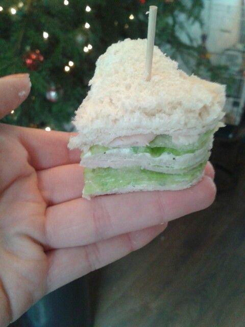 Mini sandwiches! Besmeer het brood met kruidenkaas. Beleg het brood om en om met sla, komkommer en vleeswaren.  Houdt het brood bij elkaar door middel van een cocktail prikker en snij het uit met leuke bakfiguurtjes. Ideaal voor een brunch of high tea