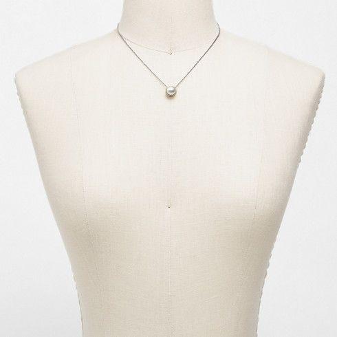 Eine einzelne Glasperle ist in goldenen Edelstahl gefasst und verleiht der Damenkette Agnethe zeitlose Eleganz. Die glänzend, goldfarbene Edelstahlkette kann in der Länge verstellt werden.