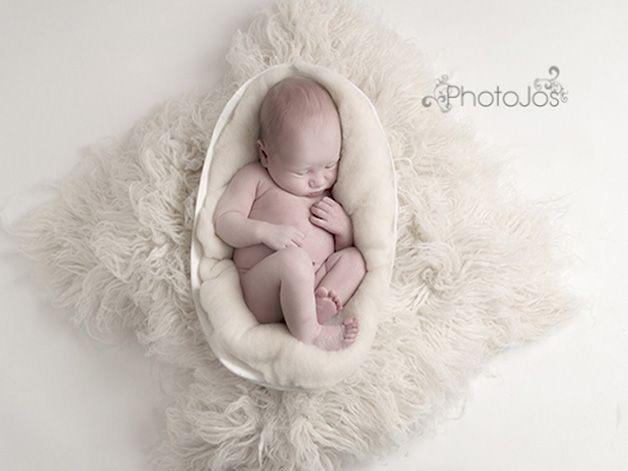Fotógrafa coloca recém-nascidos de novo 'na barriga' de suas mães em ensaio de derreter o coração