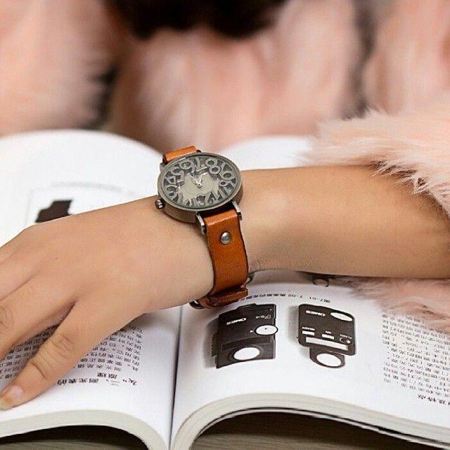 Big Number Retro Watch (Jam Tangan Vintage - Retro Dengan Angka Besar)  Harga Rp 90.000,  Spesifikasi: - Tahan air: 1 ATM. - Diameter case: 3,5 cm. - Tebal case: 0,8 cm. - Bahan case: Alloy. - Panjang tali: 20 cm. - Lebar tali: 1,5 cm. - Bahan tali: Leather. - Tipe clasp: Buckle. - Display: Analog. - Mesin: Quartz.