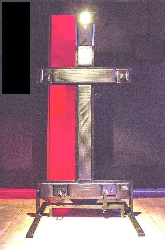 Acolchado, de pié con luz superior Las cruces, especialmente la Cruz de San Andrés, son uno de los engranajes BDSM más reconocibles y típicos de todo el mundo. Taixo propone varios modelos, de la Cruz de San Andrés , la Cruz Latina. Son todos en madera sólida o madera contrachapada de primera calidad, extremadamente robustas y fáciles de instalar.