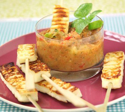 Sucettes de fromage à griller Grillis de Salakis et son dip à la ratatouille | Envie de bien manger. Plus de recettes ici : http://www.enviedebienmanger.fr/recettes/dip