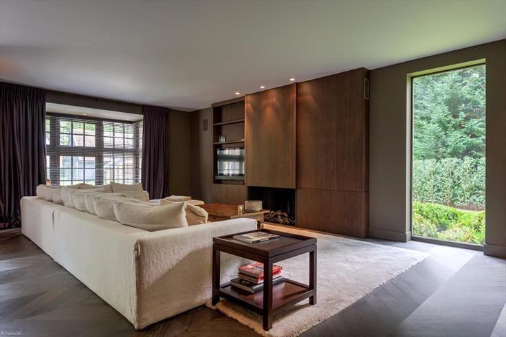 Te koop - Villa 8 slaapkamer(s)  - bewoonbare oppervlakte: 875 m2  - Deze recent gebouwde villa is gelegen op een zeer begeerde locatie op een perceel van ca. 3.000 m2 met aangelegde tuin, verwarmd zwembad en poolho  - beveiligde toegang (alarm) - bouwjaar: 2011-01-01 00:00:00.0 - dubbel glas 3 bad(en) -   4 gevel(s) -   - met zwembad - oppervlakte kelder: 225 m2 - oppervlakte keuken: 45 m2 - oppervlakte living: 80 m2 - oppervlakte terras: 117 m2