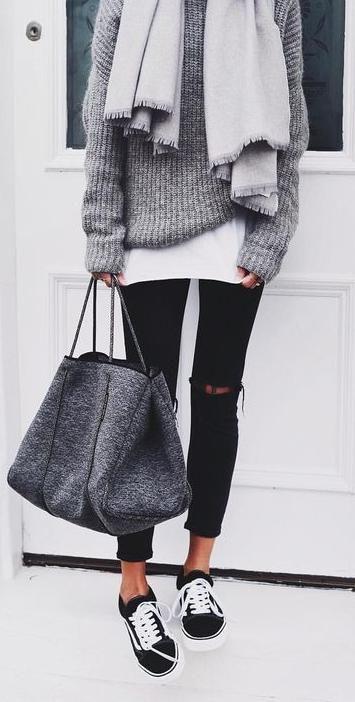 Outfits & Accessoires Street style Slim noir, pull et sac gris et t-shirt blanc. Baskets et écharpe.