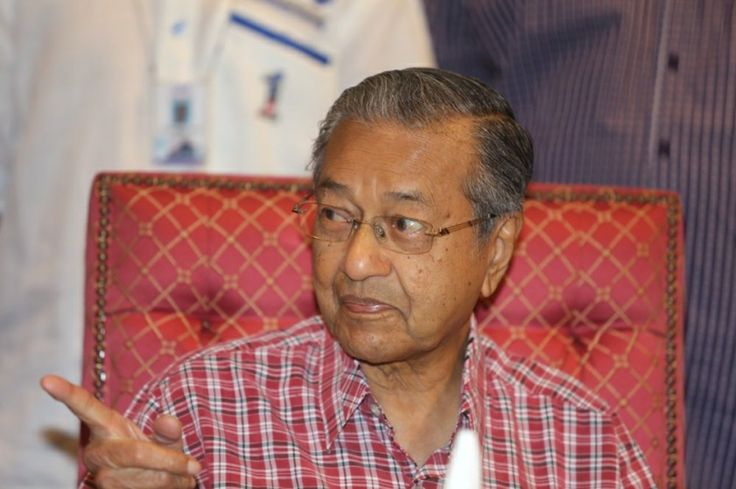 Former Prime Minister Tun Dr Mahathir Mohamad argued in a posting on his popular blog that the public must accept limits to their freedom, amid a series of challenges in recent years to the policies of the Barisan Nasional (BN) government's policies and conduct. — Picture by Choo Choy May